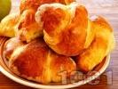 Рецепта Лесни козуначени кифлички със сирене и яйце от готово тесто
